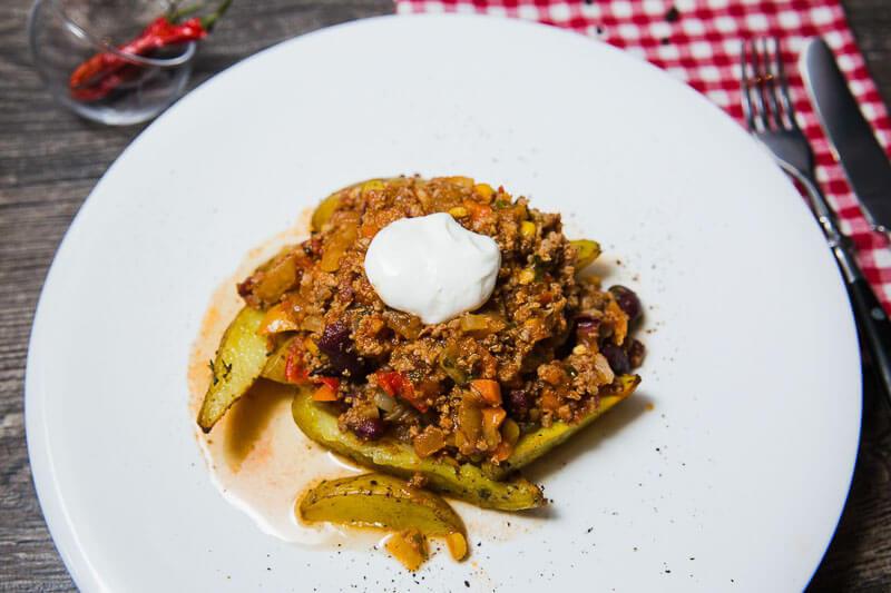 Чили кон карне с печеным копченым картофелем;