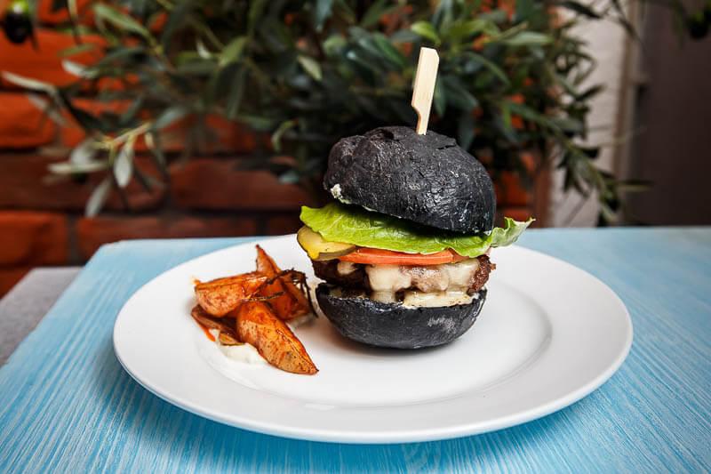 черный бургер с соусом из голубого сыра и картофельными дольками и фисташковый тирамису на десерт
