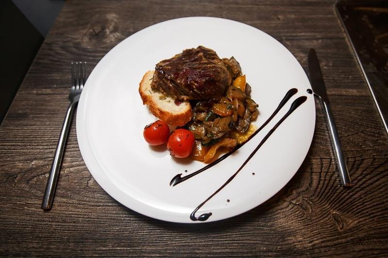 Стейк Пиканья с соусом «Чимичурри» с помидорами черри