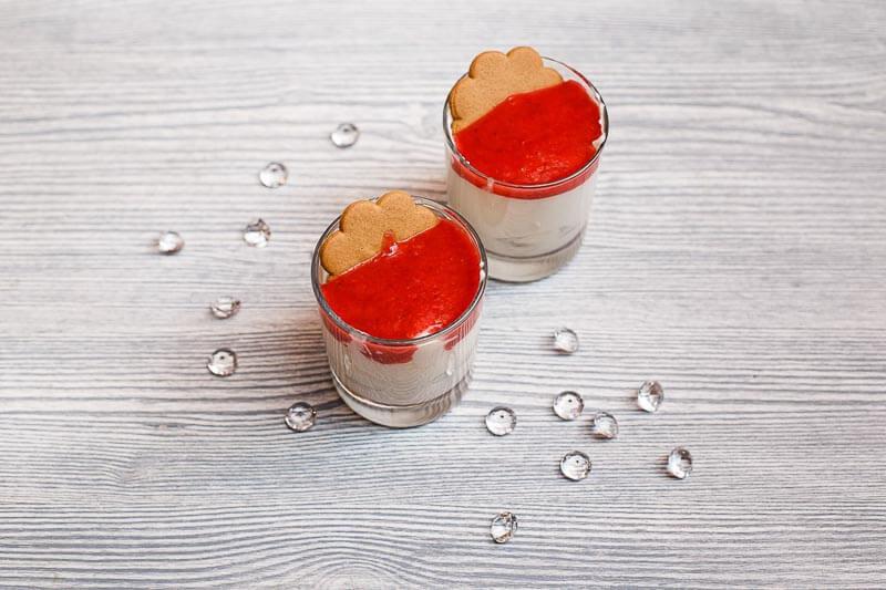 Парфе из клубники с имбирным печеньем и фреш-кремом