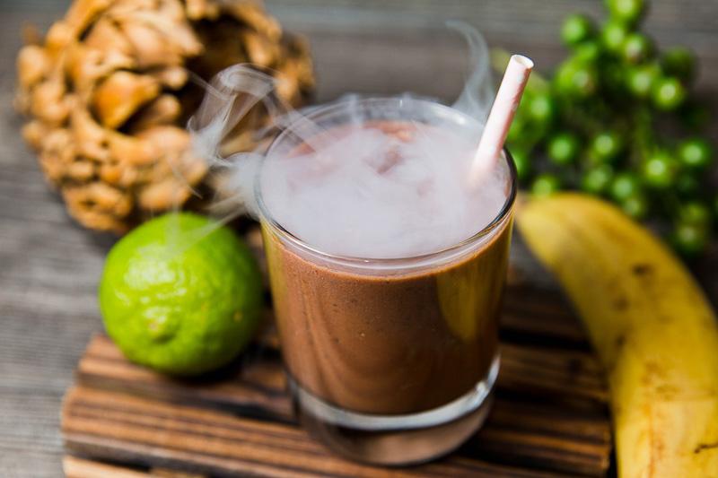 Милкшейк на миндальном молоке с чиа и какао (с ледяным бананом и капелькой рома)