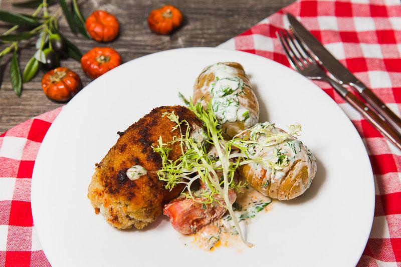 Караджорджева шницла – сочный свиной шницель в хрустящей панировке с каймаком и сыром чеддер