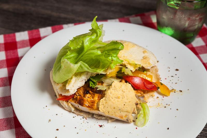 Сочная курочка, обжаренная на гриле, в пите с хумусом и свежими овощами