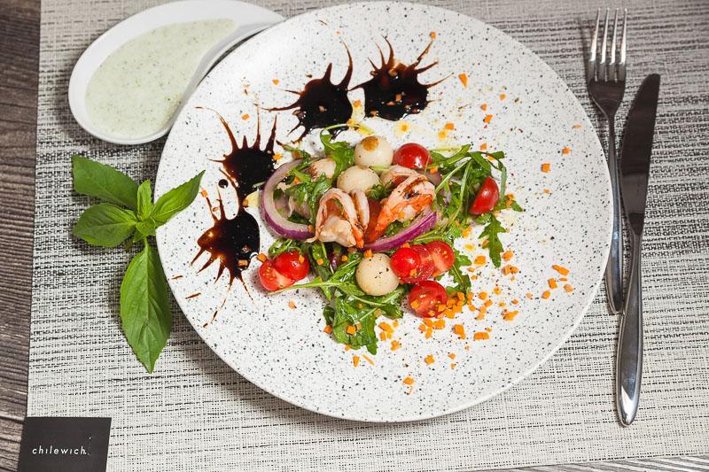 летний салат с рукколой, креветками, дыней под особым соусом из йогурта