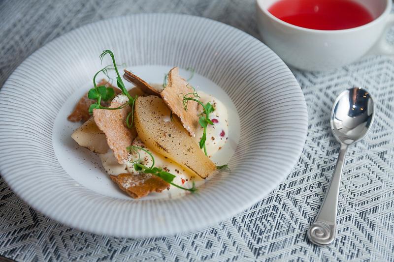 Карамелизированные груши с ржаными чипсами и красной смородиной