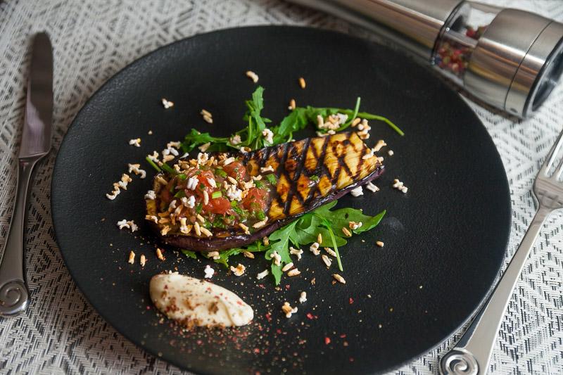 Теплые баклажаны с маскарпоне, мятно-грейпфрутовым соусом и «попкорном» из риса;