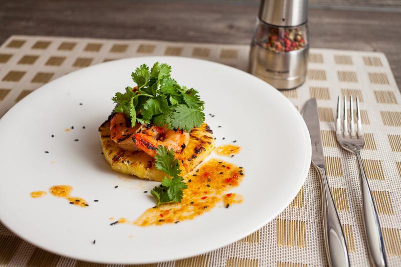 Салат с креветками и жареным ананасом