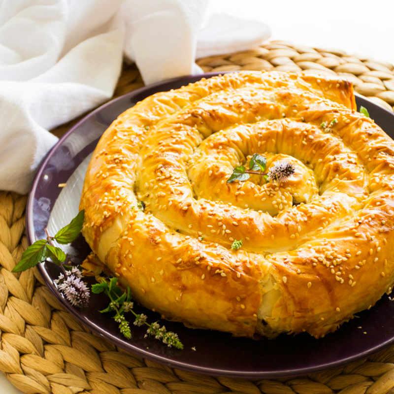 Сладкий бурек с орехами – традиционный пирог из тонкого теста