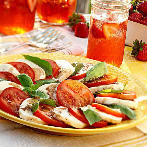 Капрезе – салат из сочных томатов, домашней моцареллы, базилика и бальзамического крема