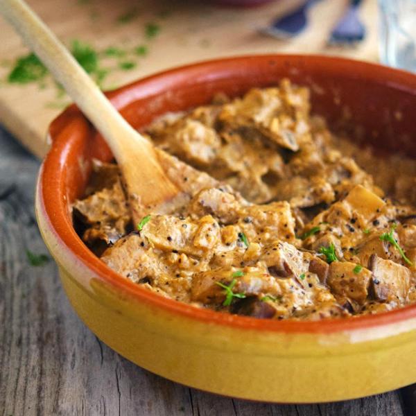 Соус из пармезана и свежего майорана с жареными баклажанами, томатами, страчателлой и икрой из бальзамического уксуса