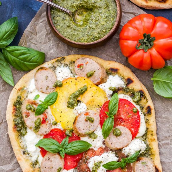 Пицца с сосисками, томатным соусом и домашней моцареллой