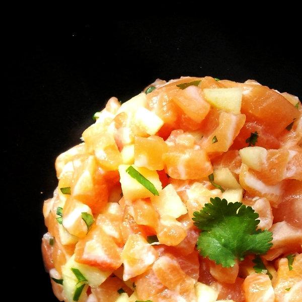 Тартар из лосося с зеленым яблоком, каперсами, свежим огурцом и гренками