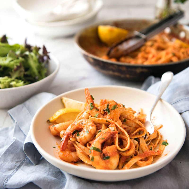 Паста тальолини с креветками и соусом из спелых томатов с водкой
