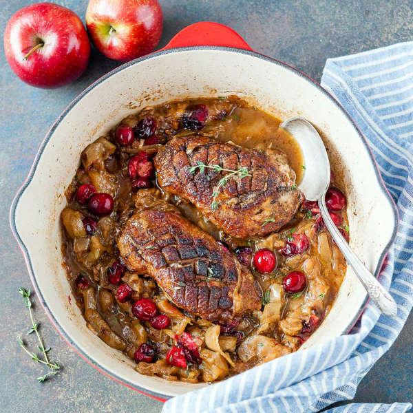 Утиное филе с пюре из яблок с жареной фунчозой под соусом из красного вина и вишни