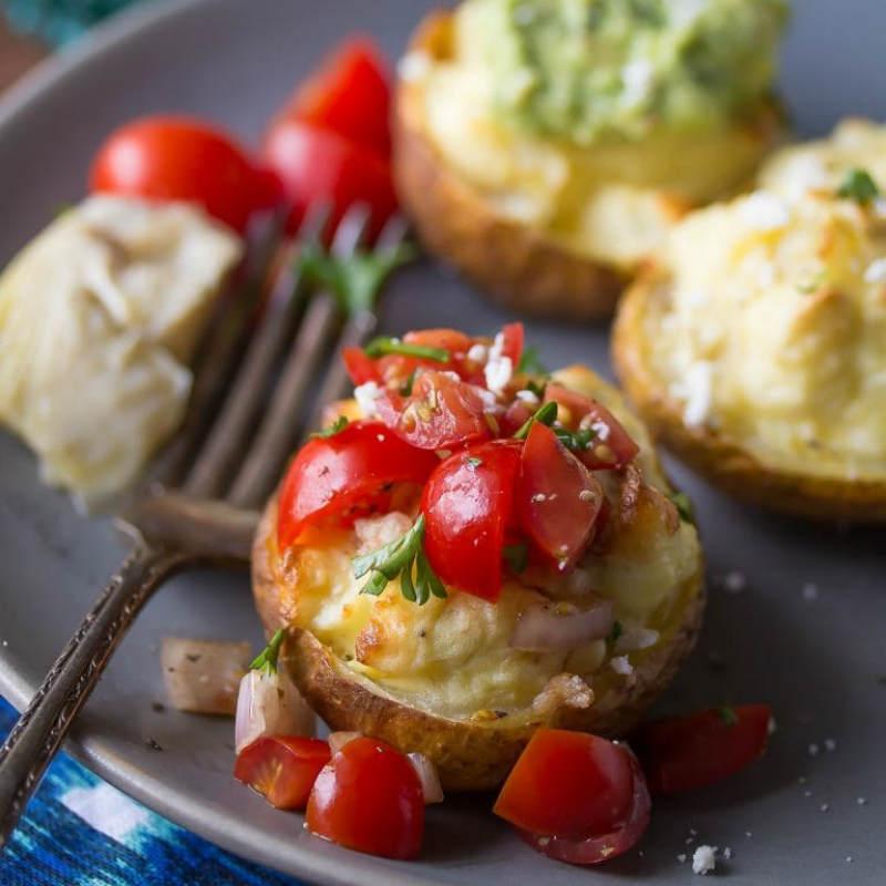 Картофель запеченный с томатами, зеленью и брынзой