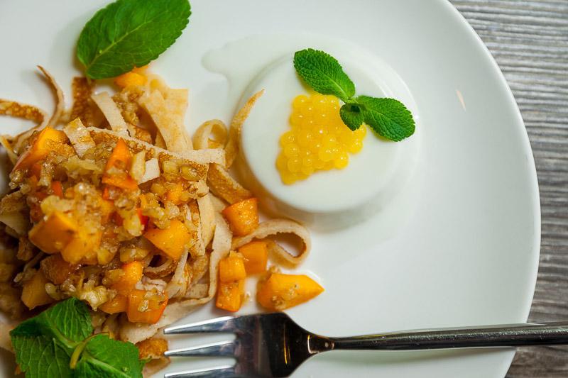 Кокосовая панна кота с гречневым чипсом под сладким соусом из хурмы с апельсиновой икрой